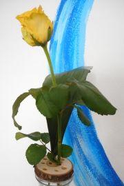 Blumensteckhilfe mit gelber Rose