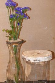 Blumensteckhilfe mit lila Blumen
